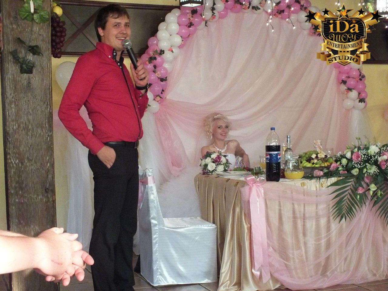 Строгое жюри на свадьбе судит конкурс для жениха