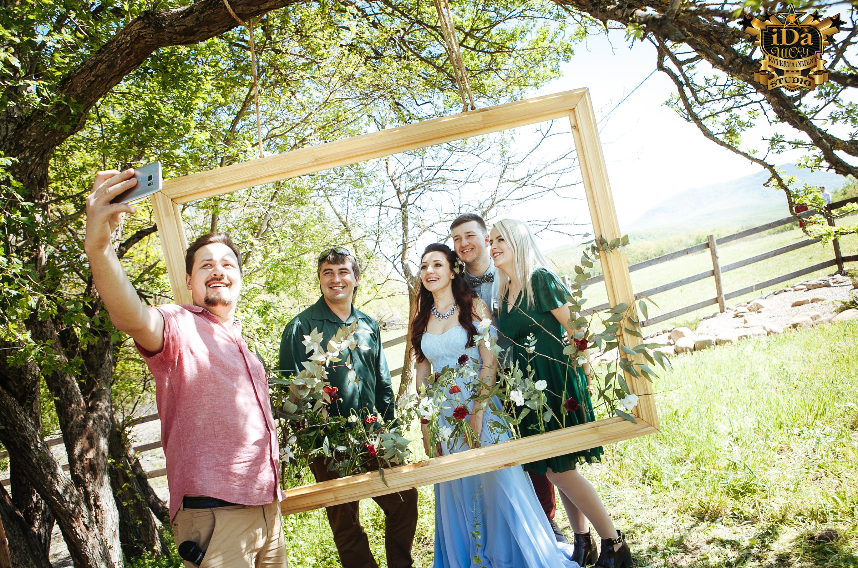 Главное не забыть про селфи. Креативная свадьба на природе