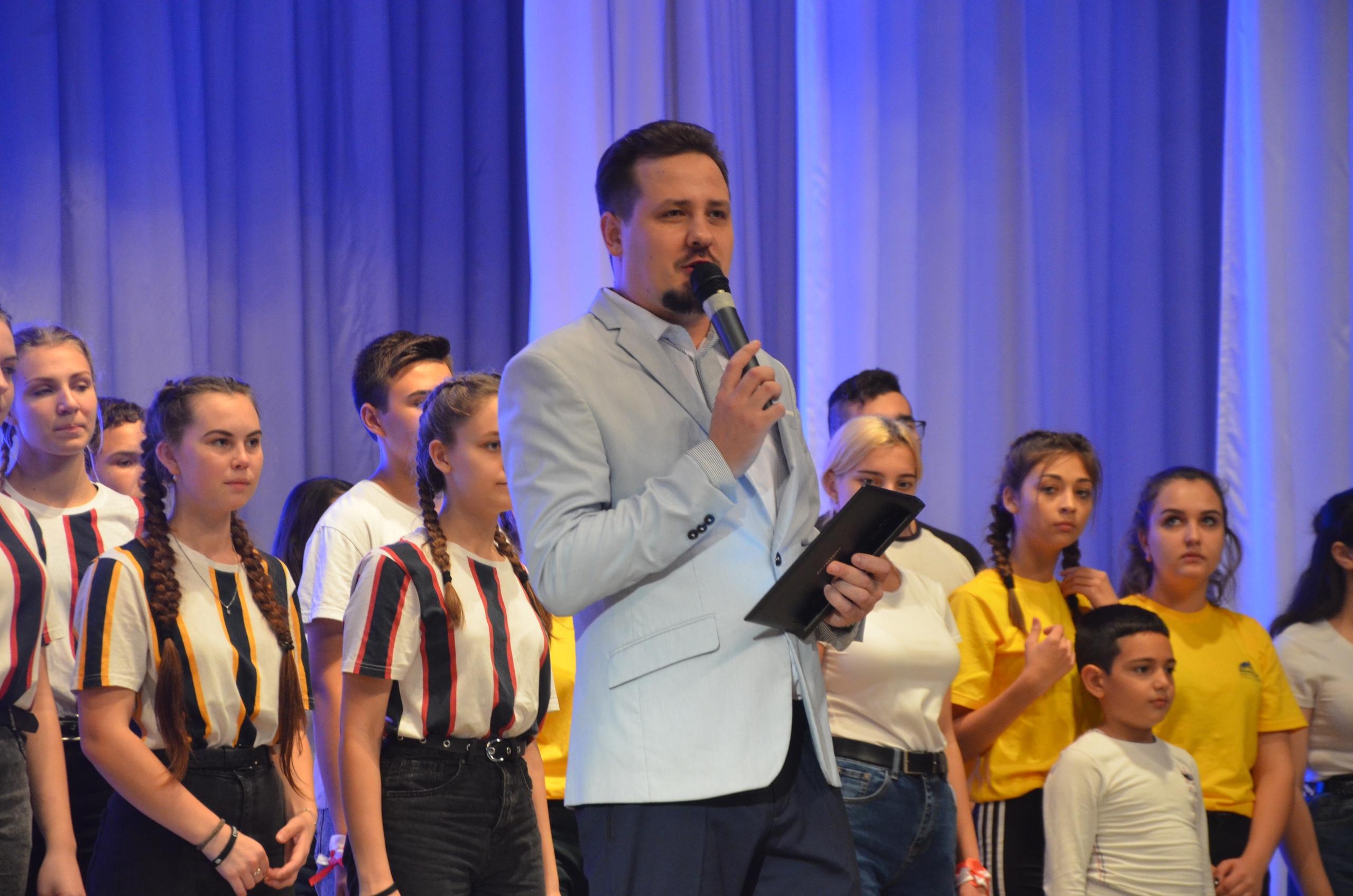 Ведущий Денис Отинов
