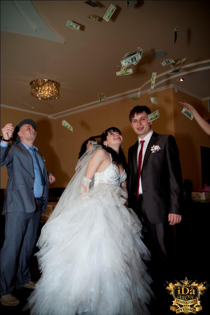 Осыпание молодых на креативной свадьбе в стиле Чикаго 30х