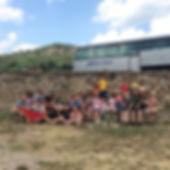 Grup d'esplai amb l'autocar pereparat pe marxar