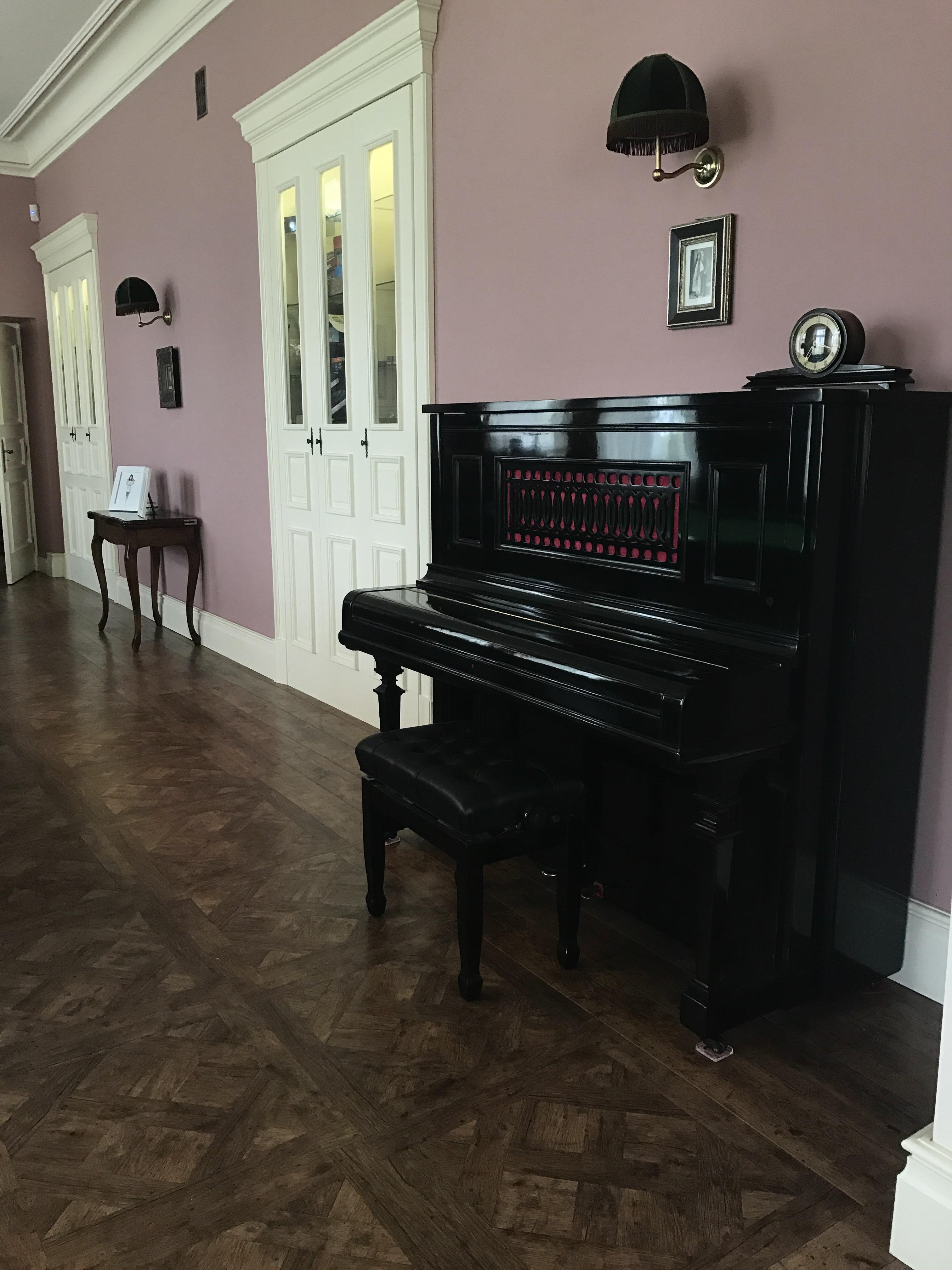pianino w salonie