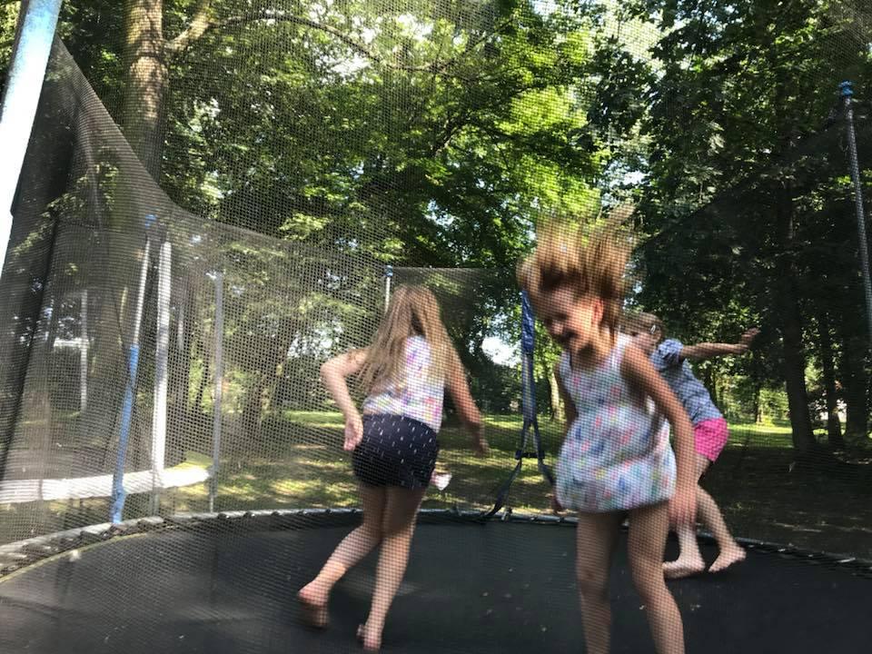 Świetna zabawa na trampolinach