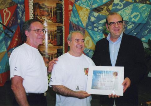 M. Camille St.Pierre✝ ex-president du Symposium de Baie-Comeau et l'ex-maire M. Ivo Di Piazza, me remettant le Certificat de Citoyen d'Honneur de la Ville de Baie-Comeau