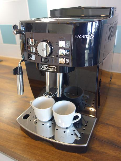 Kaffeevollautomat von Delonghi, umgerüstet mit einer taktilen Schablone von Feelware. Auf der Schablone sind taktile Symbole die die Funktionen der Tasten darstellen.