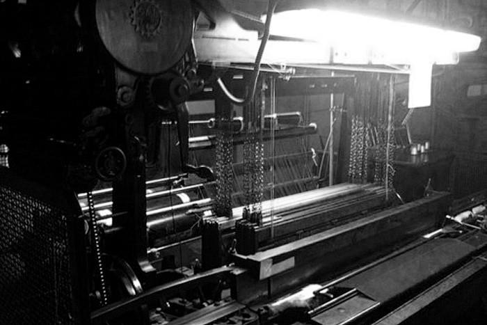 英国ブランドのドレイクスのネクタイ織り機
