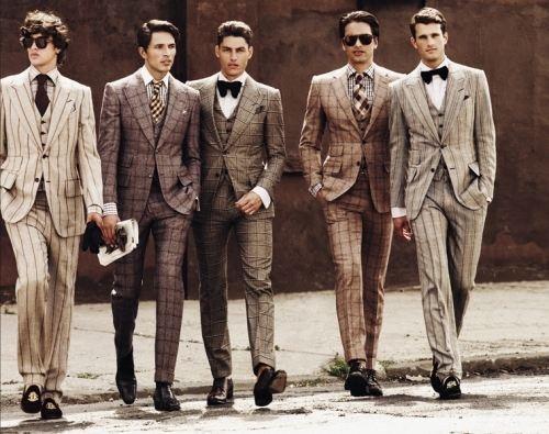 チェックのスーツに蝶ネクタイの組み合わせ