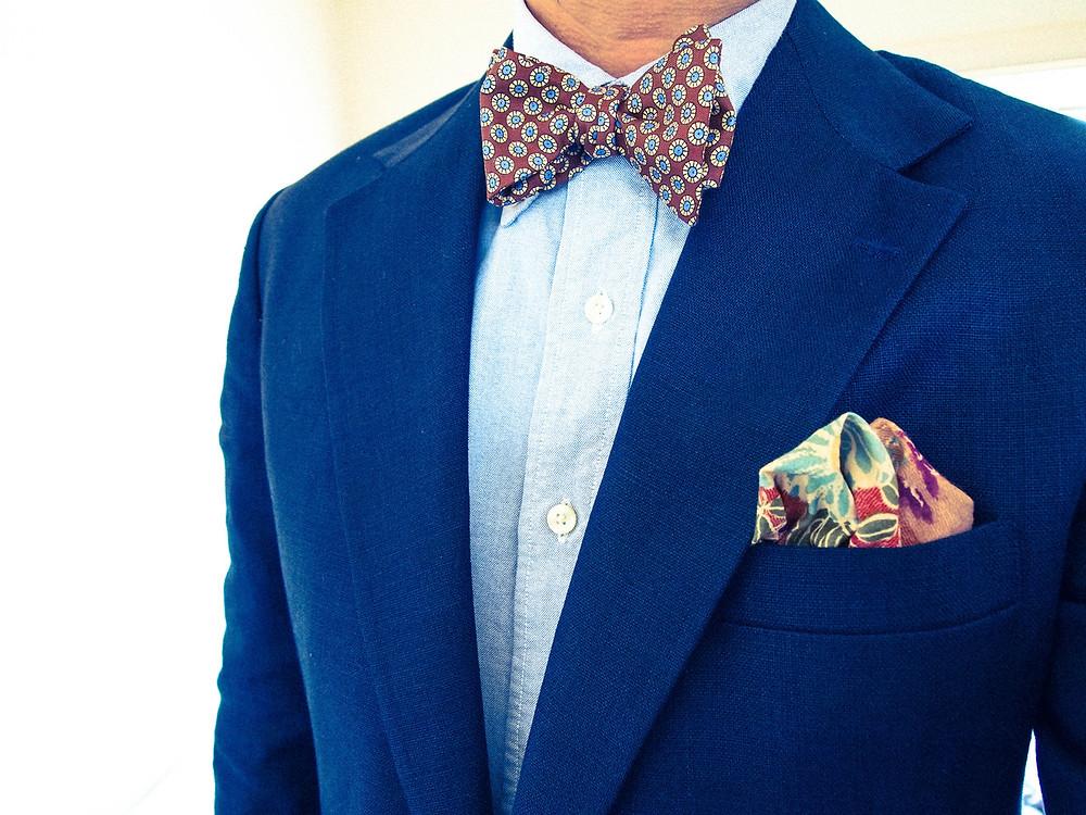 ネイビースーツと小紋柄蝶ネクタイ