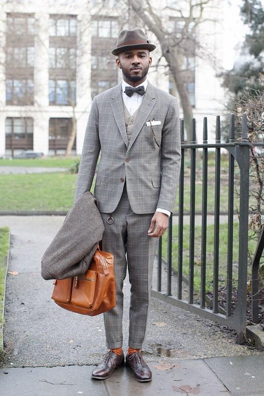 チェックのスーツとチェックの蝶ネクタイ