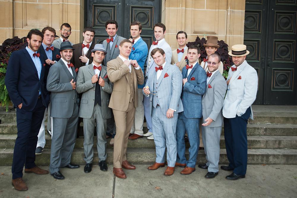 結婚式に揃いの赤蝶ネクタイ