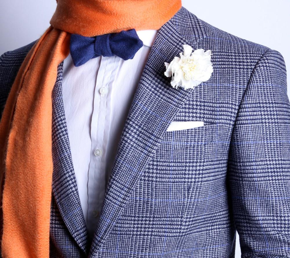 グレンチェックのスーツと青の蝶ネクタイ