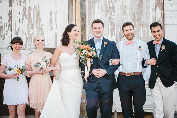 結婚式で蝶ネクタイを結ぶ人たち
