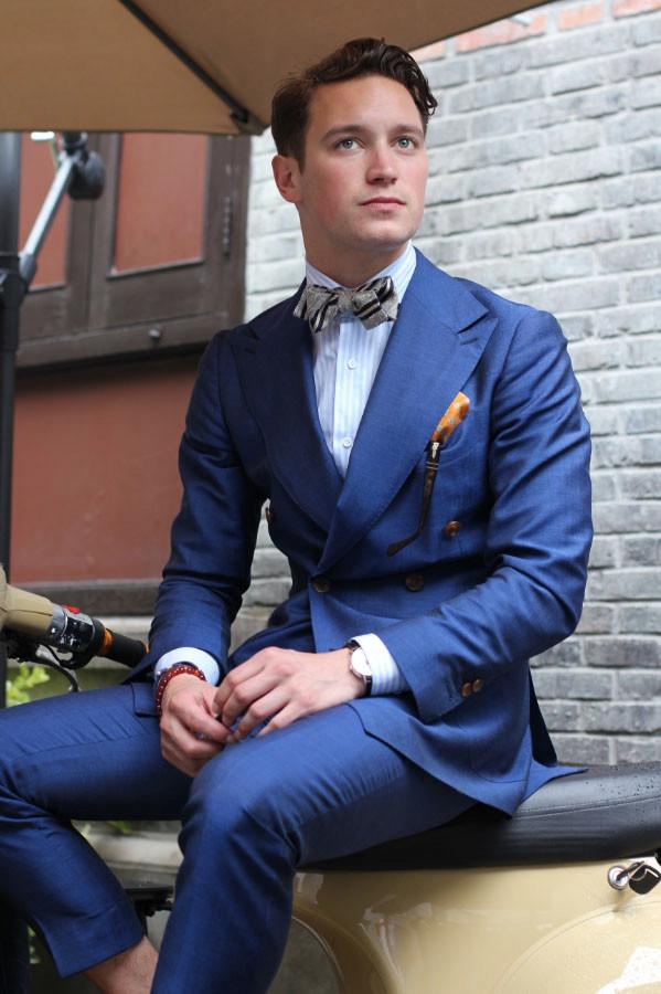 ダブルのスーツにストライプの蝶ネクタイ