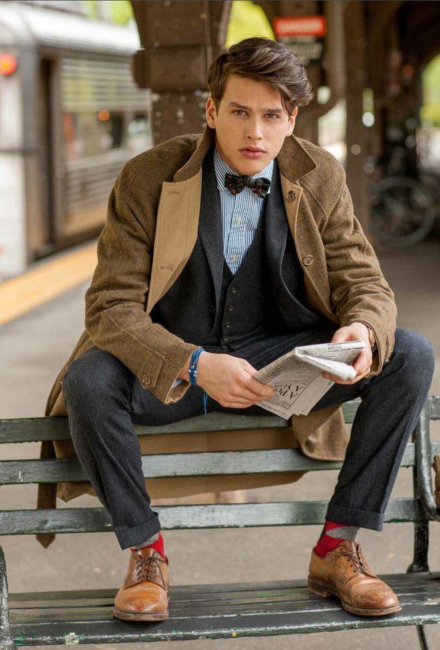 グレイのスリーピーススーツと蝶ネクタイ