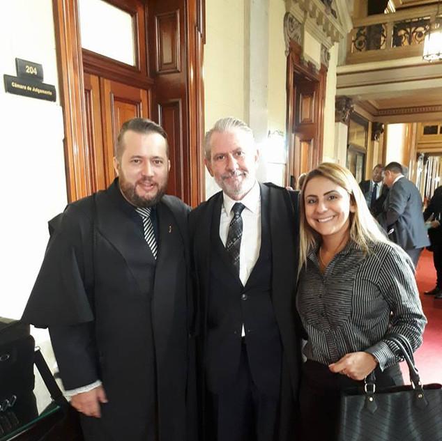 Enio Pestana e amigos nos corredores do Tribunal do Estado