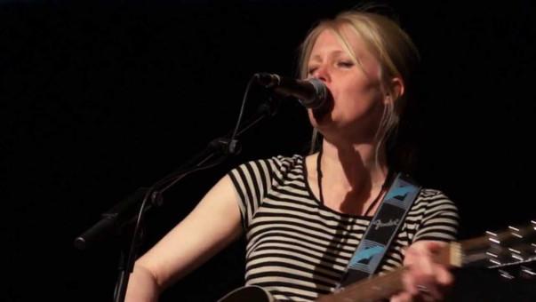 Kopi af Sara m guitar.jpg