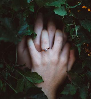 Помолвочное кольцо на женской руке, изготовленное на заказ.