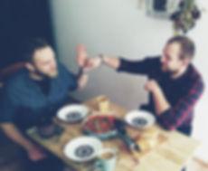chłopaki jedzą