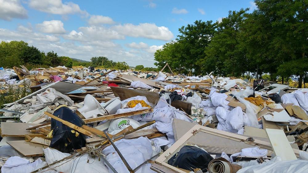 Gravats, déchets de chantiers, amiante, produits chimiques, s'étendent à perte de vue dans la plaine de Carrières-sous-Poissy