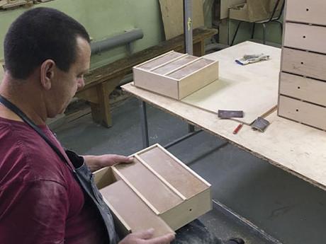 Производство уникальных деревянных пеналов для трёх бутылок вина. Кейс.