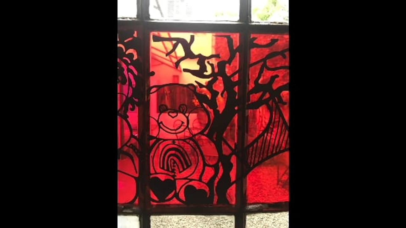 Recorrido por brazo horizontal de la cruz que conforma el vitroux rojo, las imagenes son una alegoria a un via crusis.