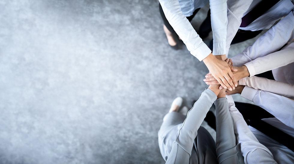 אנשי עסקים שמים ידים יחד