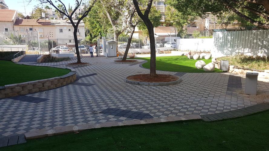 חצר בית ספר שרת