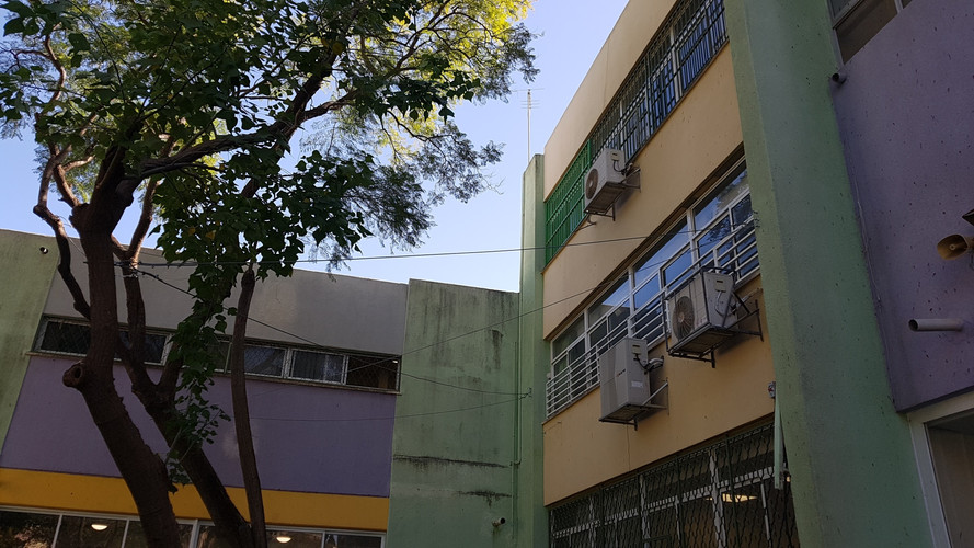 חצר בית ספר שרת.jpg