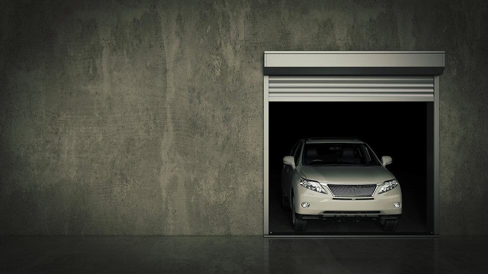 רכב לבן יוצא מחנית בניין