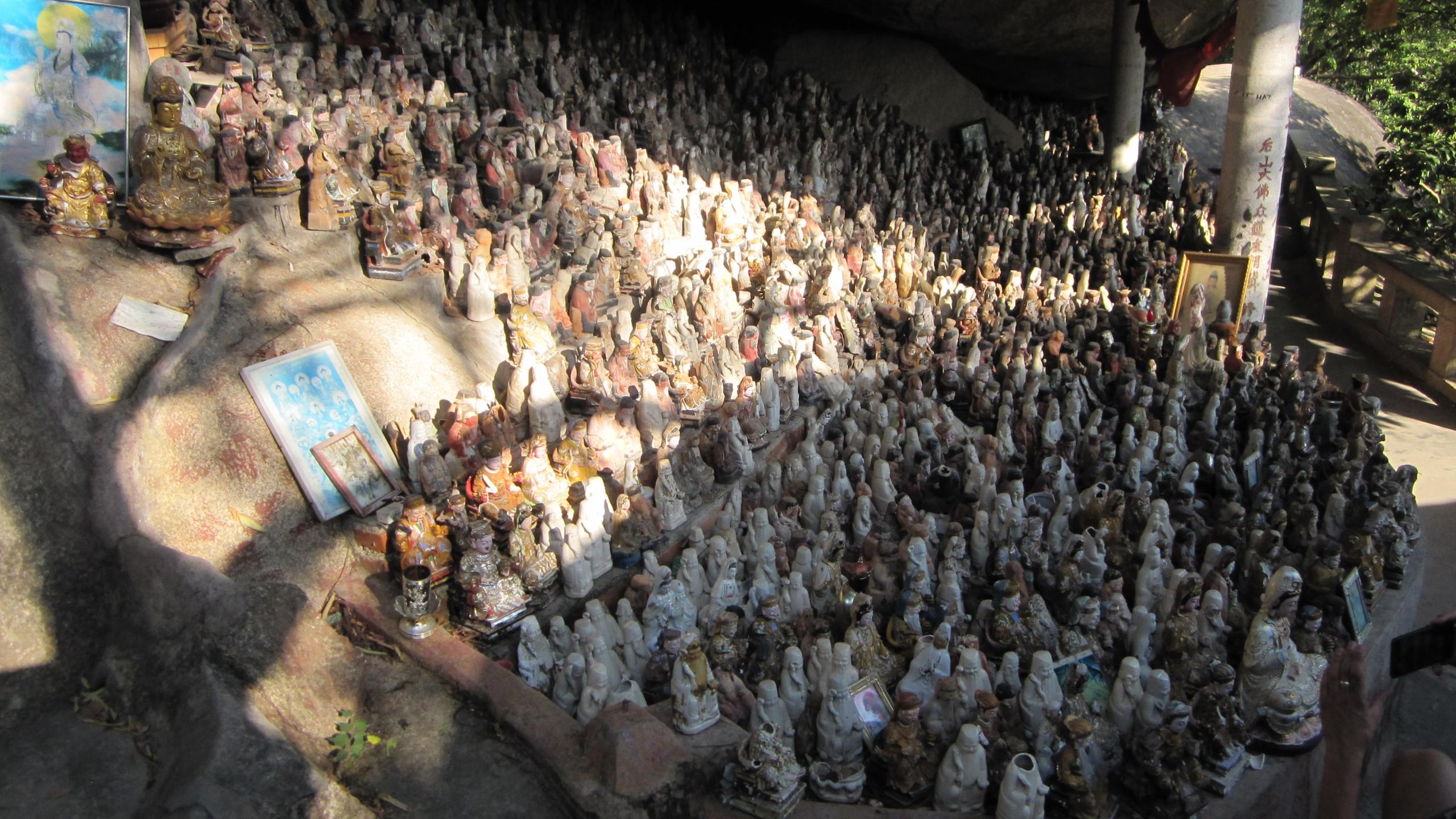 Un sanctuaire dans une des grottes de la montagne
