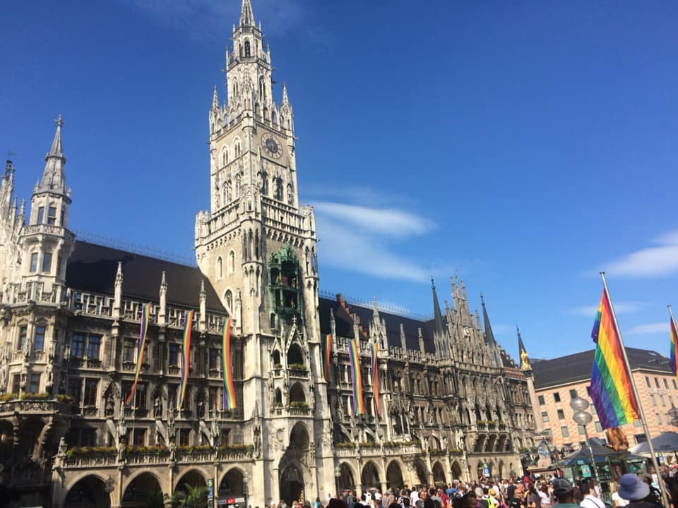 Rathaus beflaggt