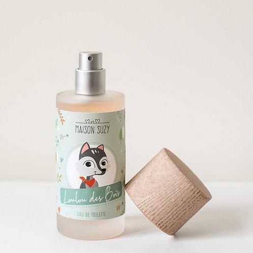 Flacon ouvert du parfum enfant garçon Loulou des Bois. Etiquette verte avec un dessin de petit loup. Pompe argent mat.