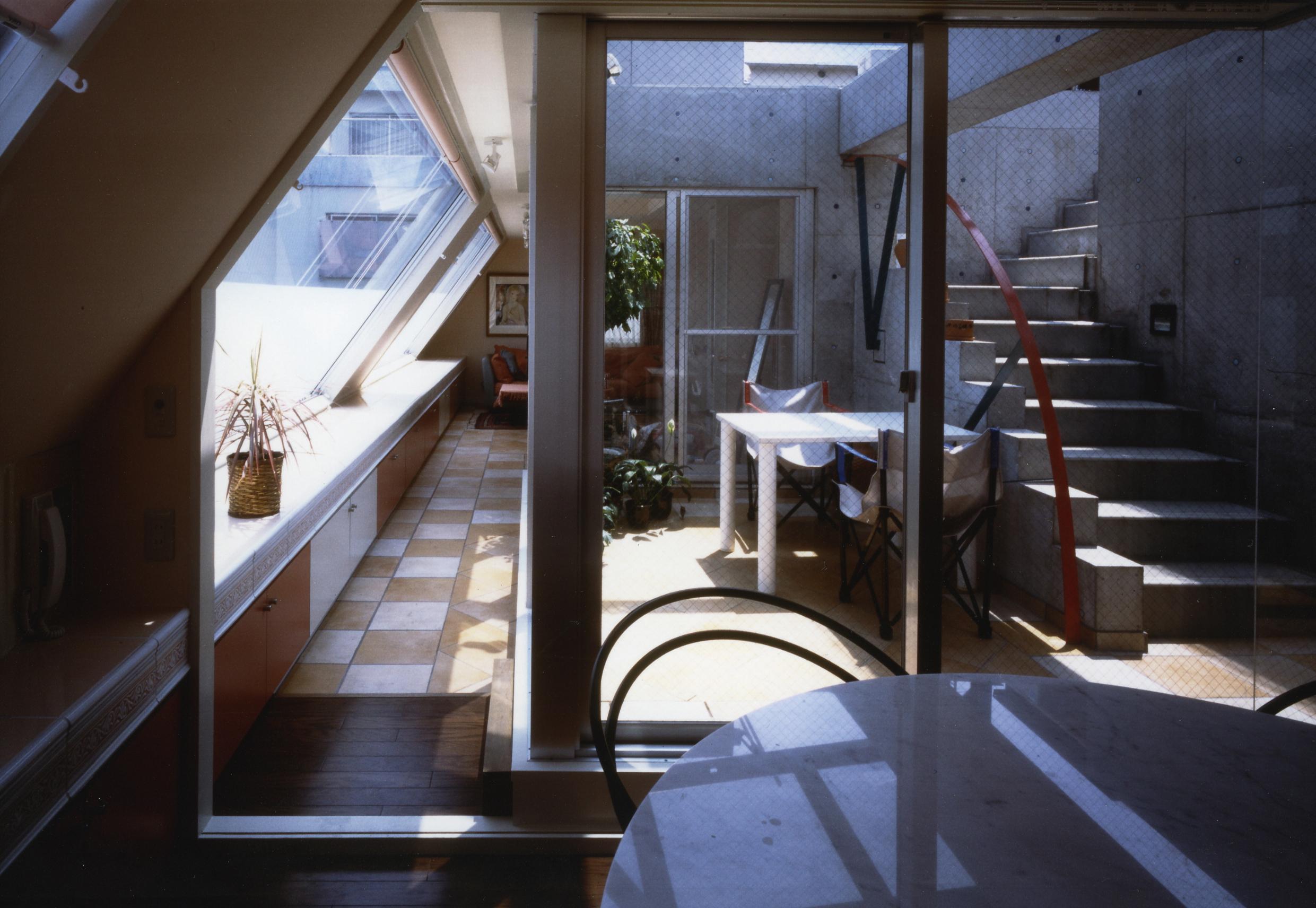 Qタイプ食堂より中庭を見る