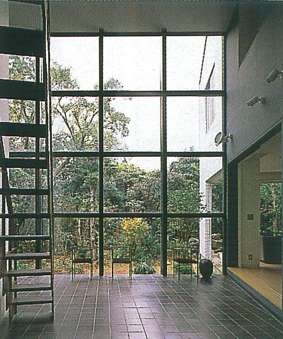 玄関ホールから庭を見る