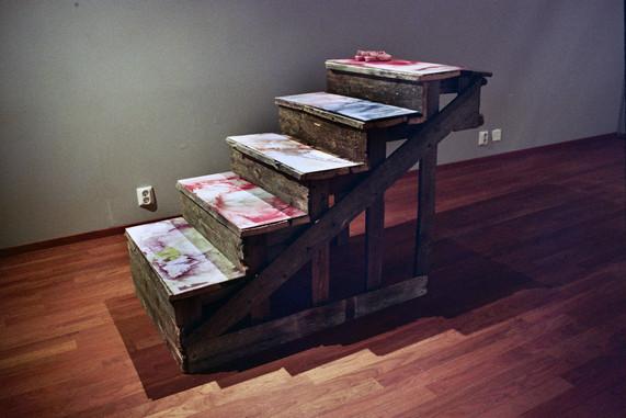 Installaatio näyttelystä Tragedia: Susanna, 2007