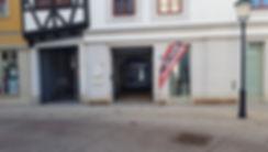 Hier sehen Sie die Marienstraße 8 in Naumburg. Wenn Sie in unser Ladengeschäft möchten, gehen Sie einfach an der roten Fahne in den Innenhof und da sind wir schon ...