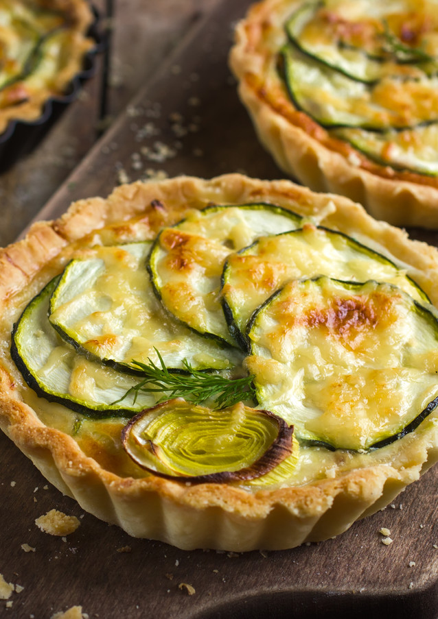 tart with zucchini, leek and cheese on r