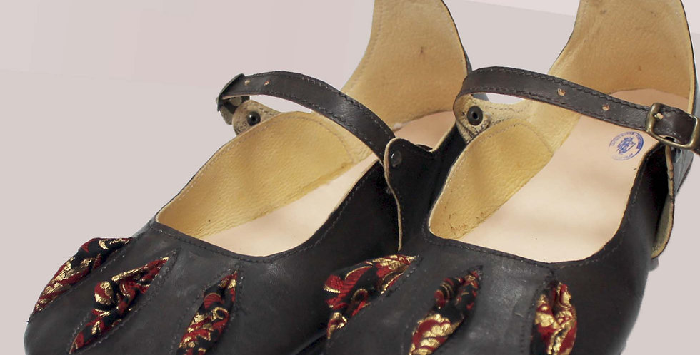 LEONARD, entièrement en cuir, avec 3 crevées tissus à volume, fermetures boucles