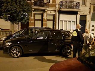 Man ramt met BMW geparkeerde auto's op 't Nieuw Zuid en pleegt vluchtmisdrijf