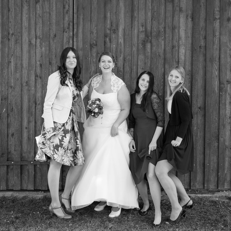 Braut und Freundinnen