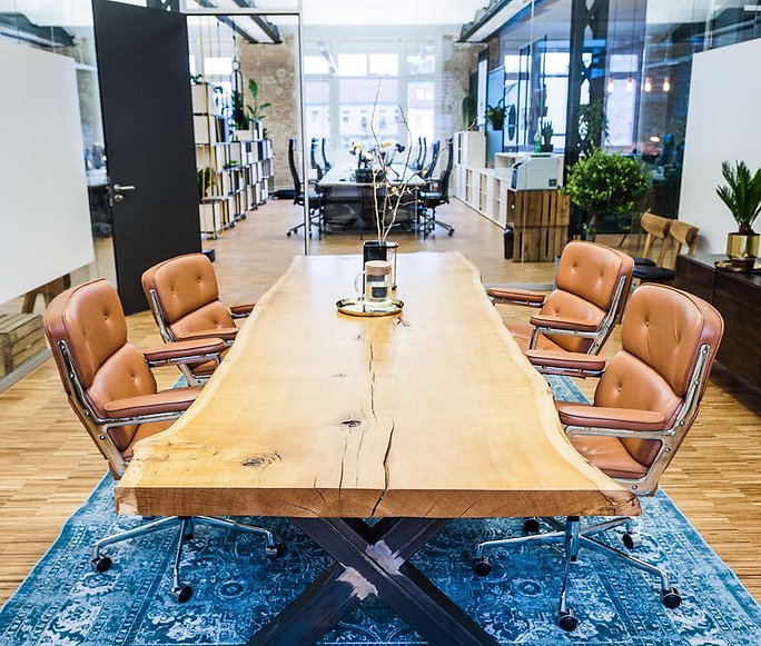 Baumtisch aus Eichenholz unverleimt aus einem Stück | Konferenztisch | Besprechungstisch massiv Holz | Table | Holzwerk-Hamburg