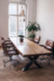 Konfereztisch Massvholztisch aus Eichenholz unverleimt aus einem Stück Tischestell im Industriedesign Holzwerk-Hamburg