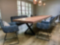 Großer Massivholztisch aus Eichnholz