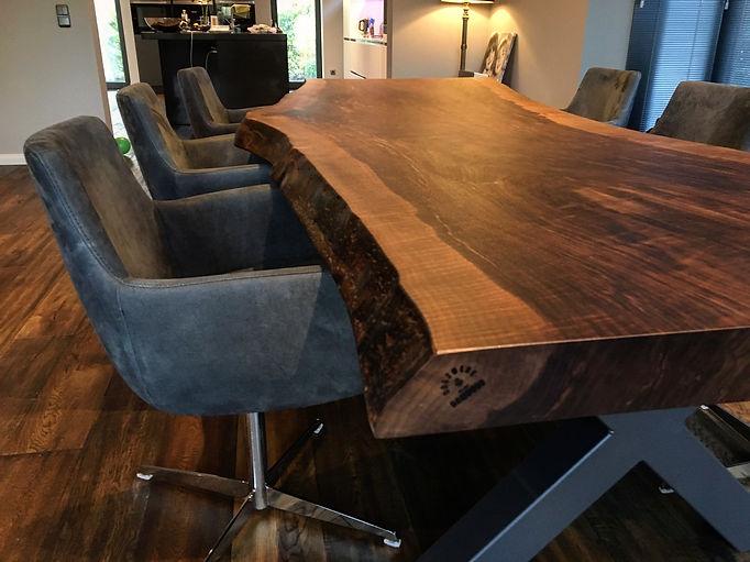 Nussbaumtisch Baumtisch Esstisch Massivholztisch aus Nussbaum unverleimt aus einem Stück | Holzwerk-Hamburg