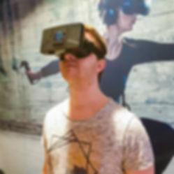 Mann mit Virtual Escape Smartphone Heads