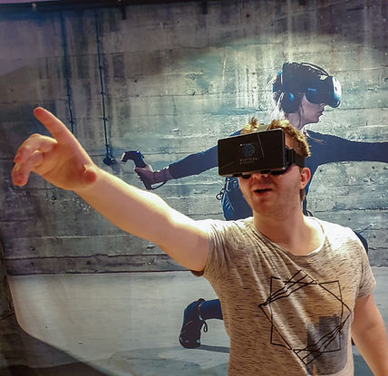 Mann mit Virtual Escape Smartphone Heads