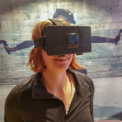 Frau mit Virtual Escape Smartphone Heads