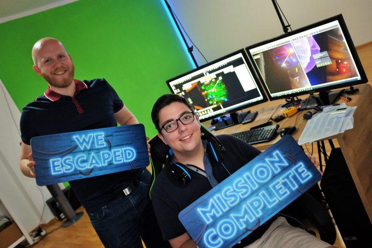 Das Team von Virtual Escape: Julian Ronacher und Marcel Stöckl. Am Bildschirm können sie verfolgen, was die Spieler durch die VR-Brille sehen und Tipps geben. Bild: Anna Boschner