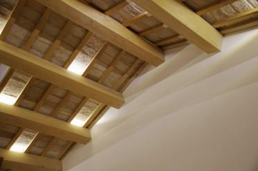 Soffitto in legno con inserti LED