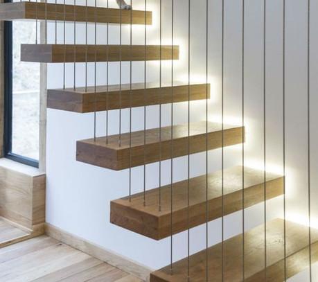 Scala in legno sospesa con luci LED